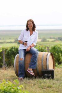 Marion mit Weinfass